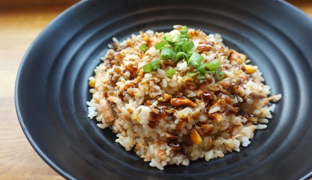 Insalata di riso con mais e pollo