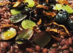 Risotto al vino rosso con uva, mirtilli e carote