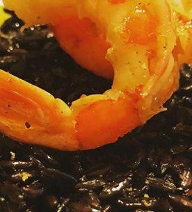 Il risotto nero-arancio con gamberi