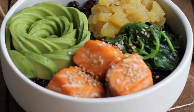 Smoothie bowl con riso Venere, salmone, avocado e chutney di mela Val Venosta
