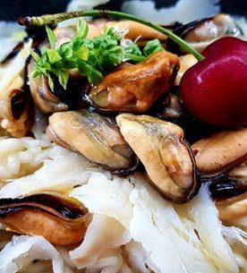 Carnaroli all'acqua di cozze, sfilacciata di carpaccio di baccalà affumicato, pepe nero, lime ed olio EVO