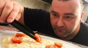 Impiattamento risotto con crema di melanzane, salsa all'aglio e pomodorini -Drusiana