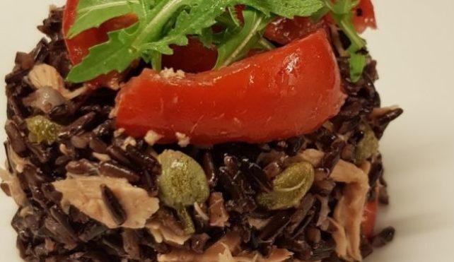 Riso nero integrale con pomodorini, tonno, capperi e rucola