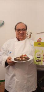 Lo chef Santino Strizzi mostra il piatto realizzato