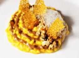 Risotto allo champagne e mandarino con cuori di mare, maionese all'aglio nero, aria di champagne e corallo alla curcuma