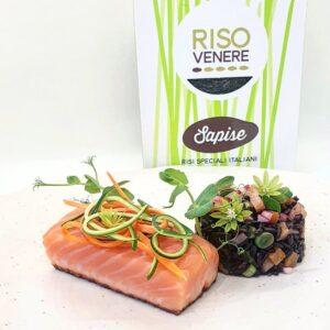 Impiattamento riso Venere con salmone affumicato e verdure