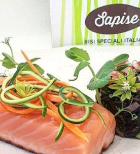 Riso Venere Sapise con salmone affumicato e verdure