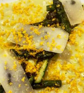 Risotto agli asparagi con scaglie di pecorino e bottarga di tuorlo d'uovo marinato