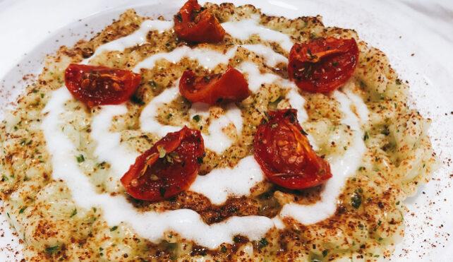 Risotto con crema di basilico, polvere di pomodori essiccati, pomodorini confit e crema di burrata