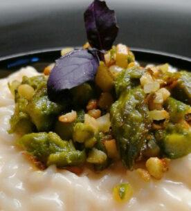 Risotto con punte di asparagi e granella di mandorle saltate al burro con basilico viola per la festa della mamma