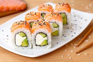 Uramaki con avocado e salmone