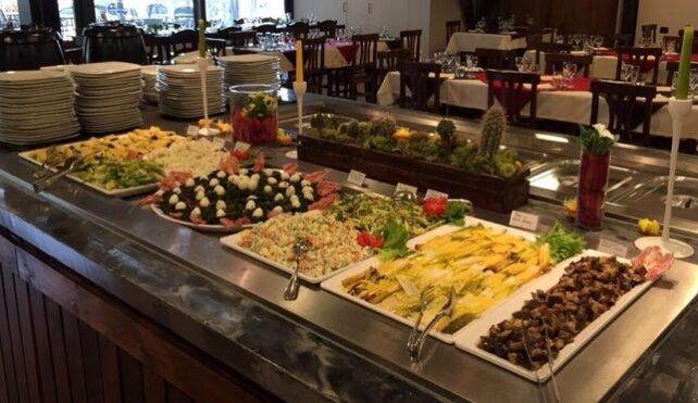 Il classico buffet pre-covid19 dell'agriturismo Al Pum Rus