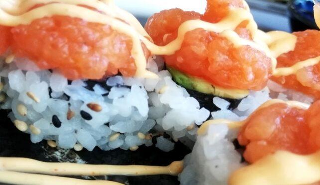 Il sushi con maionese piccante