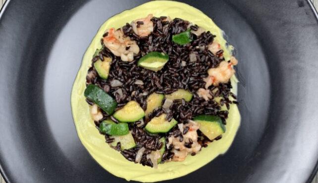 Riso Venere con gamberi, zucchine e maionese di avocado