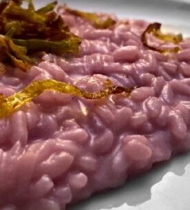 Risotto alle patate viola con pecorino romano e porro croccante