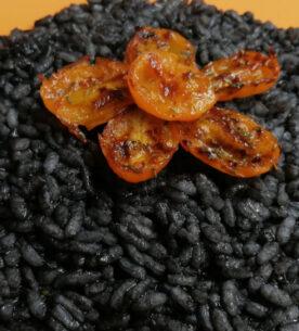 Risotto al nero di seppia con pomodorini gialli arrostiti