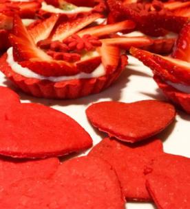 Cestini di frolla con crema pasticcera al limone e vaniglia e biscotti a forma di cuore