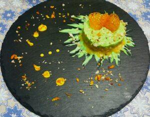 Come impiattare il risotto profumato all'arancia con mandorle e mayo al prezzemolo