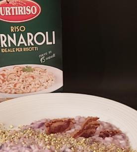 Risotto in crema di cavolo viola aromatizzato all' aglio nero con gorgonzola piccante in mantecatura, pancetta piacentina e polvere di pistacchio_Carnaroli Curtiriso