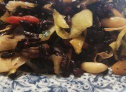 Insalata tiepida di riso Nerone con porri, pinoli, bacche di Goji e uvetta