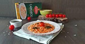 Impiattamento del risotto con pomodorini e capperi_ Carnaroli Curtiriso