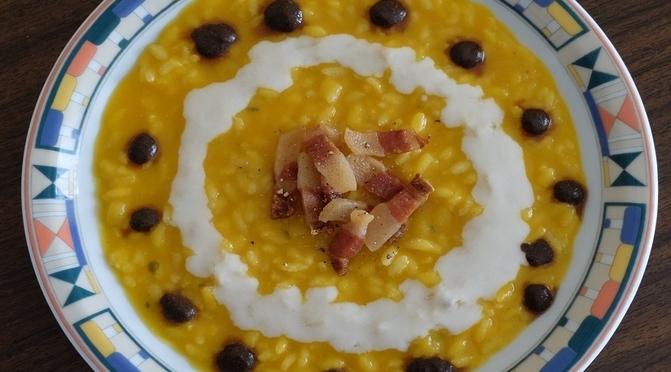Risotto con crema di zucca, guanciale croccante, crema di pecorino ed emulsione all'aglio nero
