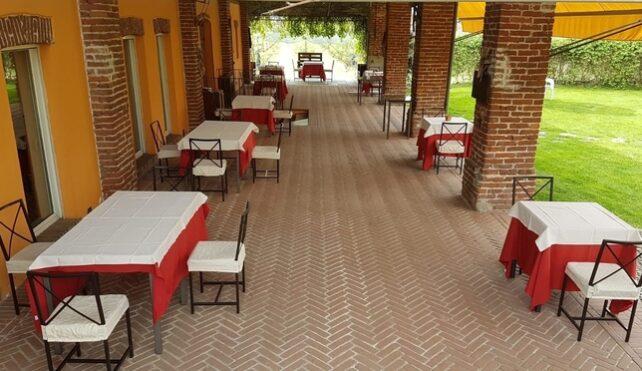 I tavoli all'aperto dell'Agriturismo Vignarello di Tornaco (NO)