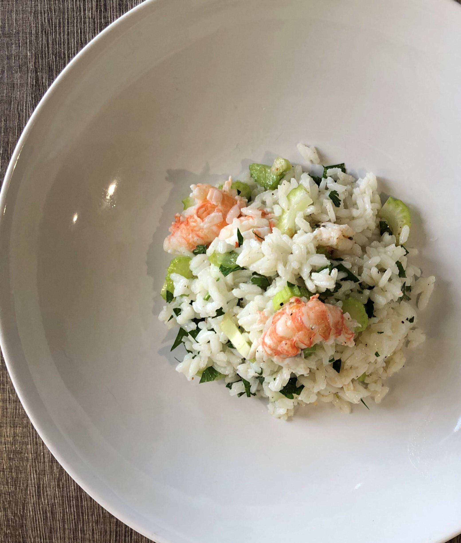 insalata di riso con sedano e scampi