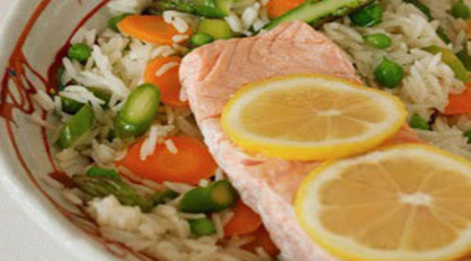 Filetto di salmone al cartoccio con riso parboiled e verdure